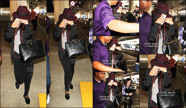 14/10/14 : La charmante  Selena Gomez, a été aperçue arrivant à  l'aéroport de  LAX, qui est situé à Los Angeles ! Pas d'avis particulier sur la tenue de miss S. Gomez. Elle est tout à fait adapté pour un voyage en avion ou jet, de quoi être à l'aise. Un beau chapeau.