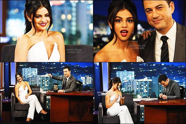 15/10/14 : La jolie S. Gomez a été aperçue lorsqu'elle arrivait aux studios Jimmy Kimmel Live, à Los Angeles ! Selena faisait le port d'une belle robe bleue marine qui lui va à ravir! J'aime beaucoup avec la ceinture qui souligne sa taille, top je dirais.. Avis?