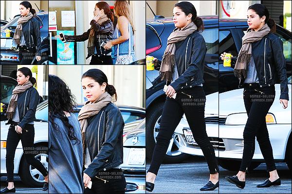 29/10/14 : Tout en simplicité, Sel' a été vue  alors qu'elle allait déjeuner, avec deux de ses amies dans Studio City. Plus tard, Selena a était vue quittant une clinique médical à Beverly Hills, problème de santé pour la Gomez? Hâte d'avoir plus d'informations..