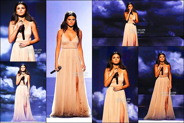 - 23/11/14 : La belle  Selena Gomez , s'est rendue à la cérémonie des  American Music Awards, à Los Angeles. Selena a tout d'abord été vue posant sur le red carpet puis à l'audience ensuite performant sur  The Heart Wants What It Wants, très élégante. -