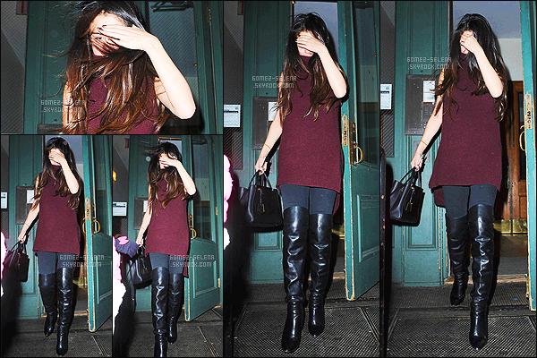 - 13/12/14 :  Selena Gomez a été photographié alors qu'elle quittait le 25ième anniversaire - de Taylor Swift. C'est à New-York que la fête d'anniversaire de la chanteuse a eut lieu. Bon nombre de célébrités étaient présent pour célébrer l'anniversaire de TS ! -