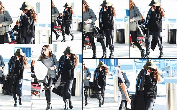 - 15/12/14 :  Toute bien camouflée, Selena Gomez était à l'aéroport international de JFK  — à New-York City. Selena est sans doute à Los Angeles après avoir passé quelques jours à New-York, pour l'anniversaire de Taylor. S' était vêtue de noir - Tu aimes ? -