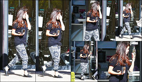 - 27/12/14 : Selena Gomez ainsi qu'une amie quittait « Luxury Tan & Makeovers » à Calabasas en Californie. Après avoir passé du temps en famille, Selly sort enfin de son petit trou ! Pour par part j'aime bien la tenue, assez simple et tout en noir, mais jolie. -