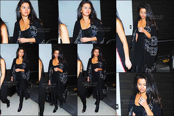 - 27/12/14 : Plus tard dans la journée, miss Selena Gomez a été photographié à l'aéroport de LAX à Los Angeles. Actuellement à Dubaï pour fêter la nouvelle année ! La chanteuse était accompagnée de sa petite bande - dont Kendall Jenner et aussi Gigi Hadid... -