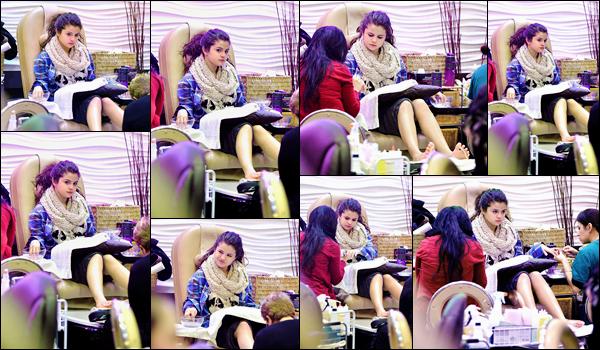'- '-•-02/01/13 -' : Selena Gomez se trouvait dans un salon de beauté, qui se trouve situé à Encino à Los Angeles. Selena Gomez commence la nouvelle année en beauté : en allant prendre soi d'elle, s'offrant un soin pédicure. Qui ne rêve pas de se faire dorloter ainsi ?-