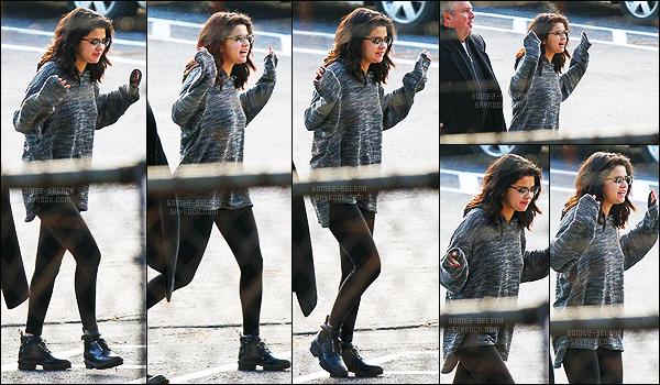 - 18/01/15 : L'adorable actrice Selena Gomez a été aperçue en arrivant sur le plateau de tournage - à Atlanta. Comme prévu, Selena s'est envolé pour Atlanta pour le tournage de son tout nouveau film, avec sa co-star Paul Rudd. Tu aimes la tenue ou pas ?! -