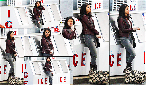- 27/01/15 : Notre belle actrice tournait une scène pour « The Revised Fundamentals » à Cartersville, Georgie. De retour sur le tournage, des photos de Selena dans une station service envahit la toile, et pour confirmation, nous avons des photos de la scène ! -