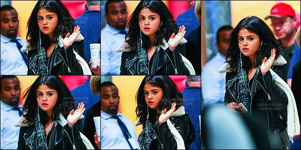 - 09/02/15 : Selena Gomez, toute fatiguée, a été photographiée en arrivant à l'aéroport de Atlanta - en Géorgie. Eh oui, enfin une nouveauté ! On l'attendait depuis un moment, après la dernière actualité sur la plateau de tournage. Qu'en penses-tu de sa tenue ?! -