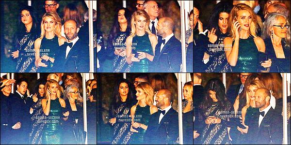 . 23/02/2015 -  S.G posant sur le tapis rouge des « Vanity Fair Oscar Party » - à Los Angeles. Bien après dans la soirée, Selena Gomez quittait la soirée organisée en l'honneur de l'événement au côté de Rosie Huntington! TOP/FLOP? .