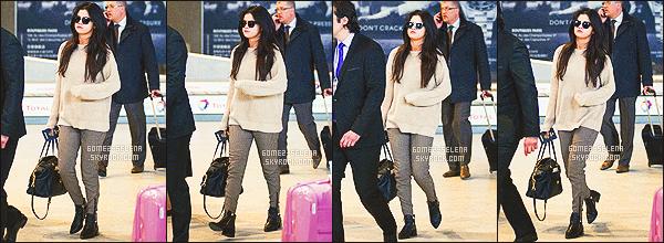 . 10/03/2015 -  Selena a atterri, elle a été vue à l'aéroport Charle de Gaulle à Paris, en France. .