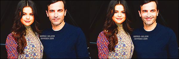 . 11/03/2015 - Selena Gomez présente à la fashion week parisienne pour le défilé de Louis Vuitton. Très élégante et toute coquette nous retrouvons Selly posant côte à côte avec des stars comme Dianna Agron ou encore, Chloë Moretz ! .