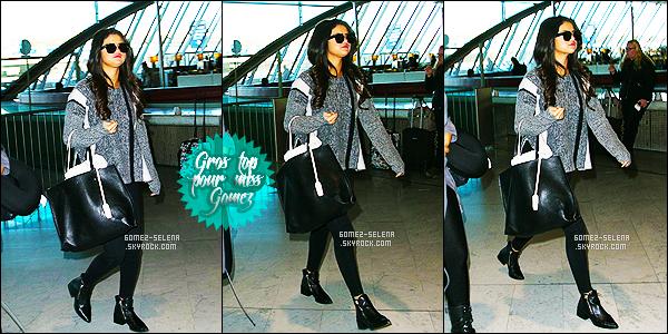 . 12/03/15 - Miss Selena Gomez arrivait à l'aéroport français de « Charles de Gaulle » à Paris en France C'est pour prendre un vol que Selena s'y trouvait, son séjour à Paris est déjà achevé. Adopte le look d'aéroport de Selena grâce à cet article. Avis ?  .
