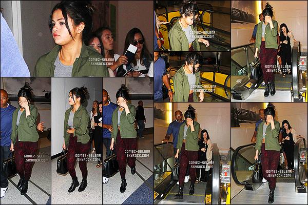 . 14/04/15 - Selly Gomez arrivait à l'aéroport international de « LAX » à Los Angeles, pour prendre un vol ! Mais vers quelle destination s'envole l'américaine ? C'est encore un mystère pour le moment ! Côté tenue, je suis assez fan de ce qu'elle porte. Toi ? .