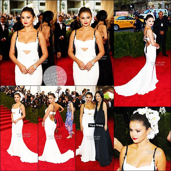 . 04/05/15 - Selly Gomez foulait le tapis rouge des « MET Gala 2016 » dans la grande ville de New-York ! Le thème de cette année était celui de la Chine, la belle était totalement dans le thème avec sa somptueuse robe blanche de la créatrice Vera Wang. .