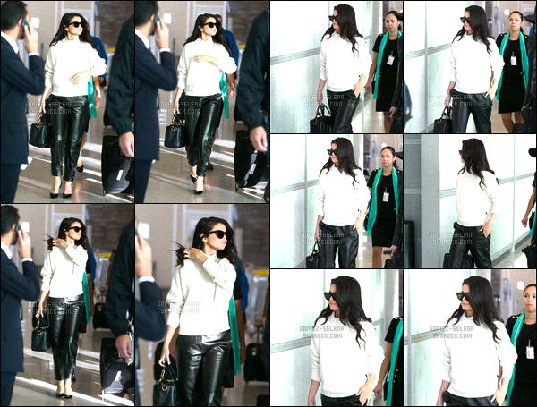. 29/09/2015 - Selena Gomeza été aperçue alors qu'elle arrivait dans l'aéroport«Charles de Gaulle» ! Selena Gomez s'envole vers - Los Angeles après un séjour parisien très chargée pour la promotion de son nouvel album, elle quitte donc la France. .