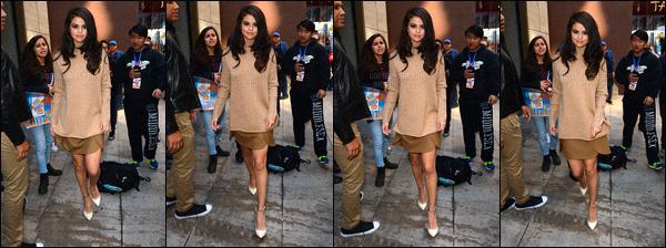 . 12/10/2015 - Selena G.aperçue dans les rues de New York puis se rendant aux studios«Sirius Radio » Une nouvelle fois la belle Selena Gomez s'est rendue dans les studios de la radio américaine - Sirius XM pour une raison inconnue pour le moment. .
