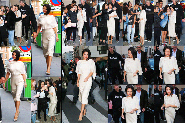 . 26/09/2015 - La belle Selena Gomez quittait un studio d'enregistrement dans la capitale française, Paris ! Toujours aussi adorable, Selena a pris un peu de son temps pour s'arrêter et poser avec les nombreux fans chanceux qui étaient présents sur place ... .