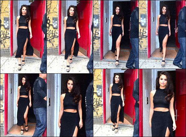 . 13/10/2015 - Selena Gomezaperçue quittant des bureaux dans un bâtiment dansla ville de New- York. De nouvelle fois de sortie - la belle s'affiche avec une nouvelle tenue sortant d'un grand building new-yorkais pour une raison totalement inconnue. .