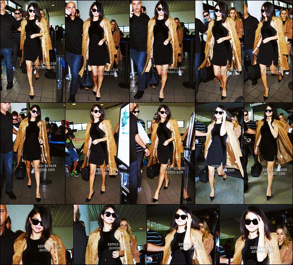 . 15/10/15 - Selena Gomez a été repéré lors de son arrivée à l'aéroport LAX à Los Angeles.  .