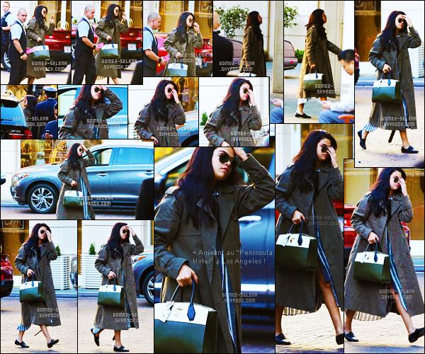 . 05/11/2015 - C'est très élégante que S. Gomez s'est montrée au « Spirit Of Life Gala » à Los Angeles ! On retrouve la chanteuse Selena dans une petite robe blanche, au décolleté très plongeant ! On peut dire que Gomez fait fort, elle est très sexy .
