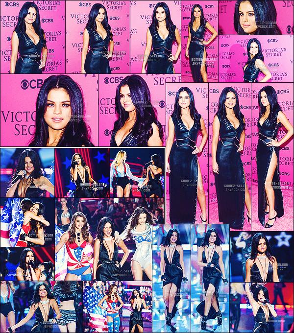 . 10/11/2015 - Sel prenait la pose au «  Victoria's Secret Fashion Show » qui s'est déroulé à New York. La robe de Selena est horrible.. Je ne sais pas comment elle a pu enfiler cette horreur. Néanmoins, elle reste tout de même très jolie ! Une beauté ! .