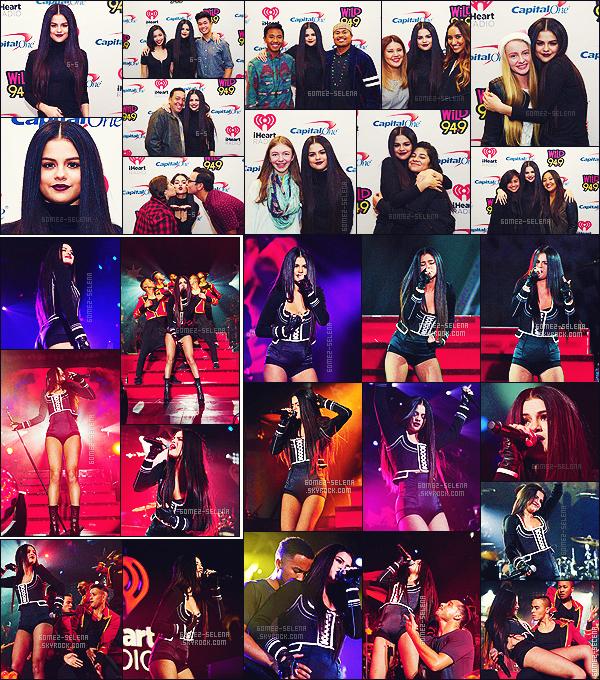 . 03/12/2015 - Selena Gomez lors du festival de musique le « Jingle Ball » qui s'est tenu à Oakland, CA. Lors de cet événement, Selena a enchaînée les titres de son nouvel et dernier album Revival. ''''Puis surtout côté look Gomez a assurée ! Joli top.  .