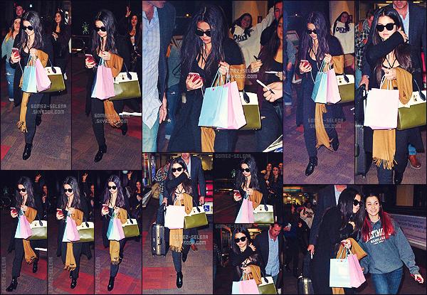 . 08/12/2015 - La jolie Selena Gomez a été repéré lors de son arrivée à l'aéroport de Philadelphie.  .