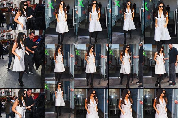 - 23/09/15 - Une journée de promotion commençant, Selena arrivait à la radio « Capital FM » à Londres !Selena est passé à la raido KISS FM ainsi que Wise Buddah, toujours à Londres ! Trois changement de tenues pour cette matinée. Donne ton avis !-
