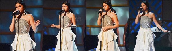 - 11/12/15 - Selena Gomez assistait à l'événement « Billboard's 10th Women in Music 2015 » à New-York CitySelena a performé lors de cet événement, succédant deux robes des plus sublimes ! On peut dire que Selena sait y faire niveau style, n'est-ce pas ?-