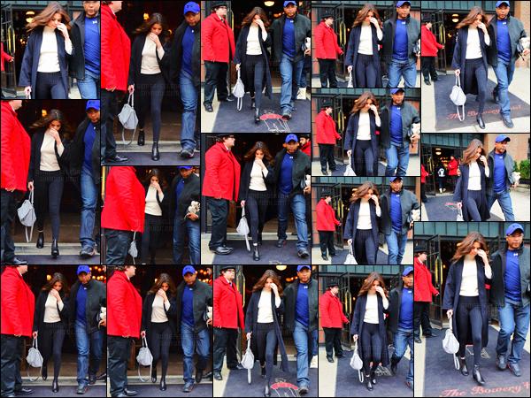 - 09/02/16 - De retour du Texas, Selena Gomez quittait son hôtel de résidence dans la belle ville de New York.Après être repérée en quittant l'hôtel sous la neige - la chanteuse a de nouveau été assénée par les photographes et elle serait de retour en Californie ...-