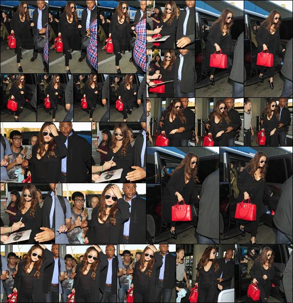 - 16/02/16 - Selena Gomez a été photographiée en arrivant la l'aéroport « LAX » avec Ashley Cook, à LA !Retour du look complètement noir ! Apparemment - le séjour de Selena à Los Angeles fut de courte durée ... Quelle sera sa prochaine destination ?-