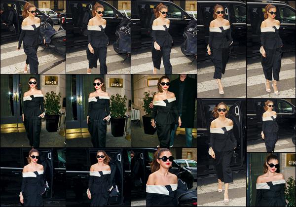 - 10/03/16 - Selena Gomez se dirigeait vers le restaurant asiatique « Ginger » dans les Champs-Élysées à Paris ![/s#00000ize]'Selena G. fait encore une fois preuve de bon goût avec cette tenue très sobre et classique ! La belle passera en ondes à NRJ pour l'émission de Cauet. -