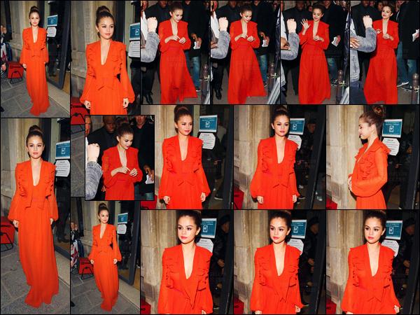- 10/03/16 - Un peu plus tard, Selena Gomez arrivait aux studios de la radio « Virgin Station » toujours à Paris.[/s#00000ize]'Deux tenues différentes pour la demoiselle : une tenue rouge-orangé à son arrivée et une somptueuse robe noire à son départ. Laquelle préfères-tu ? -