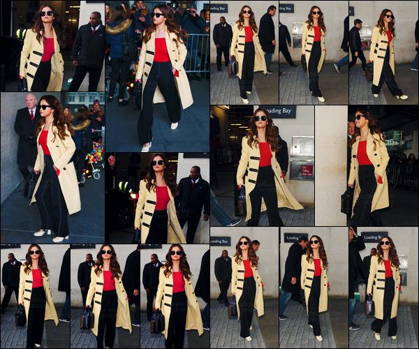 - 11/03/16 - Selena Gomez arrivait dans les studios de la « BBC Radio One » dans la ville de Londres, Angleterre[/s#00000ize]Selena a laissé tomber sa veste Rodarte en suède pour un élégant manteau de couleur camel qui lui va à ravir. Encore une leçon de style de Selly ! -