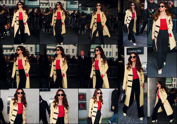 - 11/03/16 - Selena Gomez arrivait dans les studios de la « BBC Radio One » dans la ville de Londres, Angleterre.[/s#00000ize]Selena a laissé tomber sa veste Rodarte en suède pour un élégant manteau de couleur camel, qui lui va à ravir ! Encore une leçon de style de Selena ! -