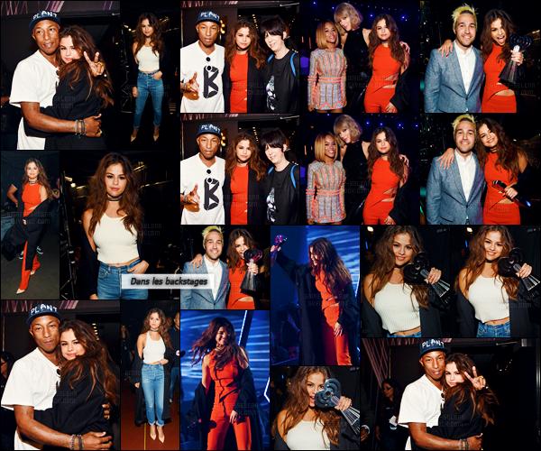 - 03/04/16 - Miss Selena Gomez prenait la pose lors des « iHeartRadio Music Awards » à Los Angeles en CA ![/s#00000ize]Affublée d'une combinaison rouge - orangé, Selena était une fois de plus l'une des plus belles célébrités sur le tapis rouge ! Est-ce un top ou un flop ? -