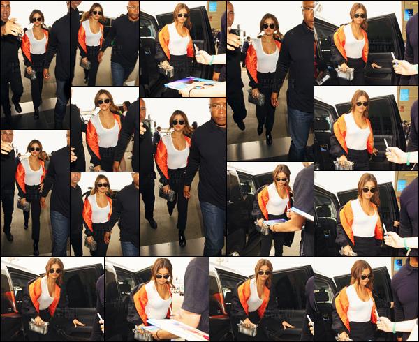 - 07/04/16 - Selena Gomez a été photographiée en arrivant à 'l'aéroport international de « LAX » à Los' Angeles ![/s#00000ize]C'est une tenue assez simpliste que notre américaine a décidé de privilégier pour cette sortie, on ne lui reproche pas de vouloir du confort pour le vol.  -