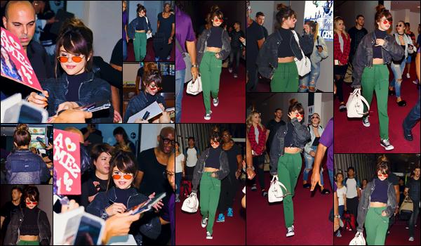 - 01/08/16 - Selena Gomez arrivait à l'aéroport international '« Haneda » dans la métropole de Tokyo, au Japon ![/s#00000ize]Le Revival Tour se poursuit en Asie avant de prendre fin en Europe ! C'est un style assez décontractée que la chanteuse a opté pour son vol. Avis ? -