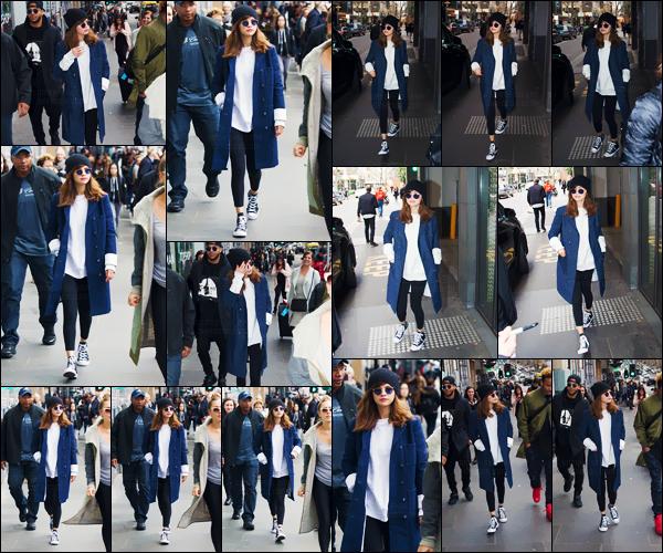 - 05/08/16 - La belle Selena Gomez se promenait tranquillement dans les rues de la ville de Melbourne, Australie.[/s#00000ize]À nouveau, la belle chanteuse adopte un look assez décontracté pour se promener dans la ville de la métropole. S. s'est arrêtée pour plusieurs fans ! -