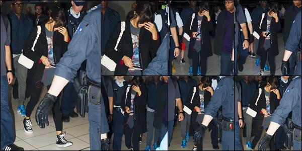 - 10/08/16 - Selena Gomez a été aperçue en arrivant à l'aéroport de « Kingsford Smith » à Sydney en Australie ![/s#00000ize]La belle Selena G. s'envole cette fois-ci vers la ville de Brisbane, toujours en Australie pour ensuite donner son dernier concert en Nouvelle-Zélande. -