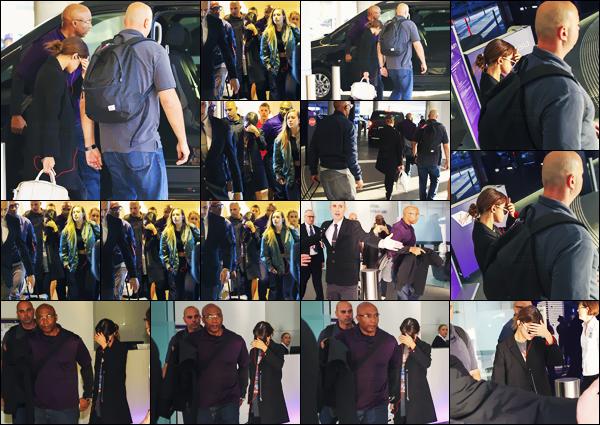 - 10/08/16 - Selena Gomez a été aperçue dès son arrivée à l'aéroport international de « Brisbane » en Australie ![/s#00000ize]Dernière date en Australie avant de rejoindre la Nouvelle-Zélande ! Selly aborde toujours la même tenue décontractée... Qu'en penses-tu d'ailleurs ? -