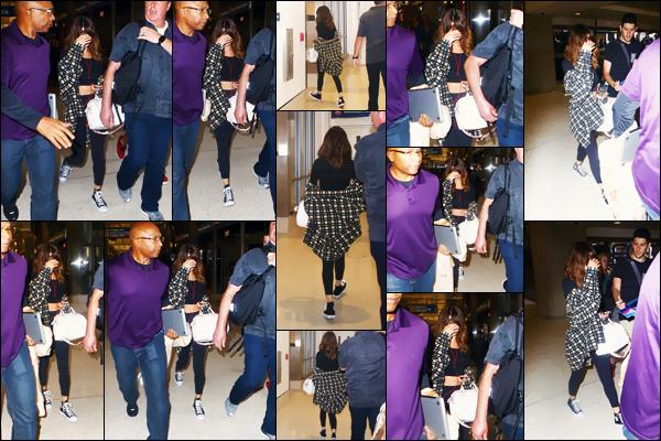 - 14/08/16 - Selena Gomez a été aperçue en arrivant à l'aéroport international de « LAX » à Los Angeles - en CA ![/s#00000ize]On peut dire désormais adieu aux sorties régulières de la belle chanteuse puisqu'elle est de retour sur le sol américain. Sa tournée reprend en Europe. -
