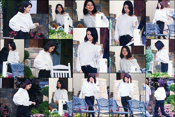 - 13/10/16 - Selena Gomez a été photographiée dans la cour d'un centre privé de réhabilitation, au  Tennessee ![/s#00000ize]Plusieurs mois que Selena se fait discrète, et pour cause de son lupus qui entraîne plusieurs effets secondaires, raison pour laquelle elle est en centre. -