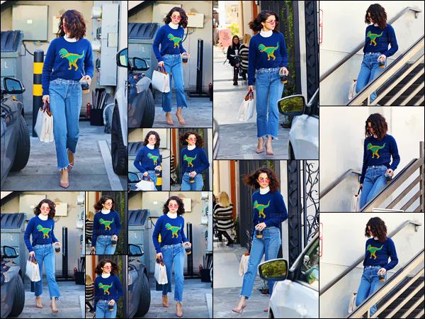 - 19.01.17 '─''Selena Gomez quittait le salon de coiffure « Nine Zero One » dans le quartier de West Hollywood ![/s#00000ize]Depuis le début de la nouvelle année, Selly Gomez semble opter pour un style vestimentaire totalement rétro ... On adhère ou on met à la poubelle ? -