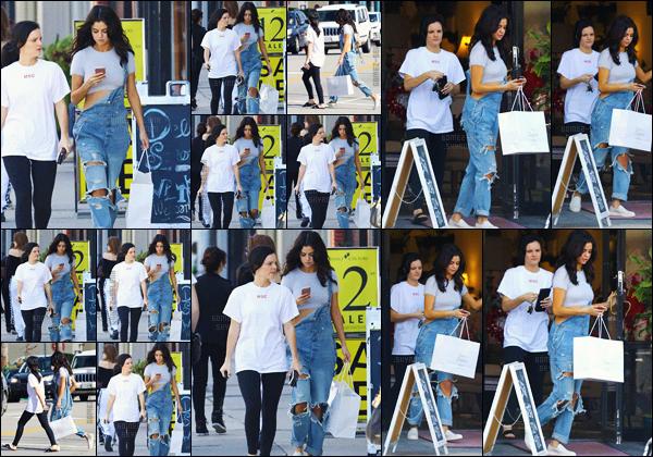 - 11.02.17'─'Selena Gomez quittait le magasin de « Sara's Lingerie » toujours avec Ashley Cook à Los Angeles ![/s#00000ize]Au court des derniers jours, Selena a été vue en compagnie de son boyfriend The Weeknd, par exemple sur un grand yacht dans la marina Del Rey. -