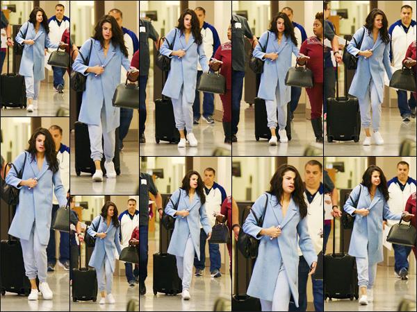 - ''01.03.17'-''─''Selena Gomez a été photographie en arrivant à l'aéroport de « Hartsfield-Jackson » dans Atlanta ![/s#00000ize]Après avoir suivi son copain pour quelques un de ses concerts en Europe, la belle brune est de retour aux États-Unis... Un nouveau projet au cinéma ? -