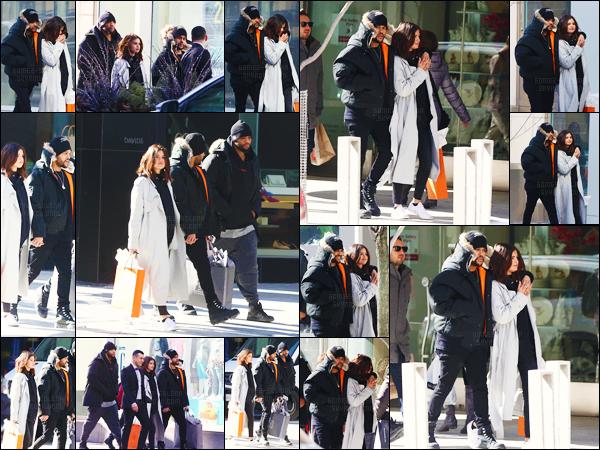 - ''16.03.17'-''─''Selena Gomez ainsi que son boyfriend Abel Tesfaye se trouvaient dans la grande ville de Toronto ![/s#00000ize]Instant shopping pour le couple - qui semble complice plus que jamais. Le séjour au Canada aura été de courte durée puisque Selena se trouve à NY. -