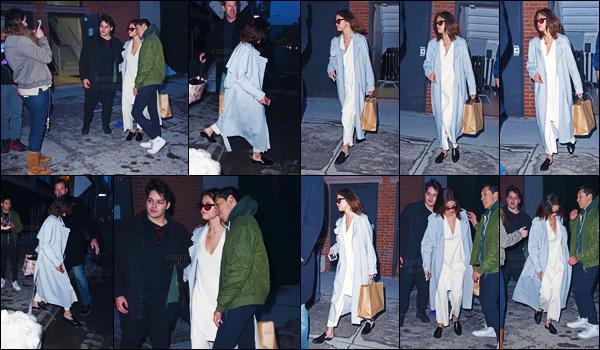 - ''17.03.17'-''─''Notre belle Selena Gomez quittait un immeuble se situant dans la Grosse Pomme, à New York City ![/s#00000ize]Après une courte escapade en amoureux au Canada, Selena Gomez est de retour aux États-Unis et n'a pas manqué de prendre la pose avec ses fans. -