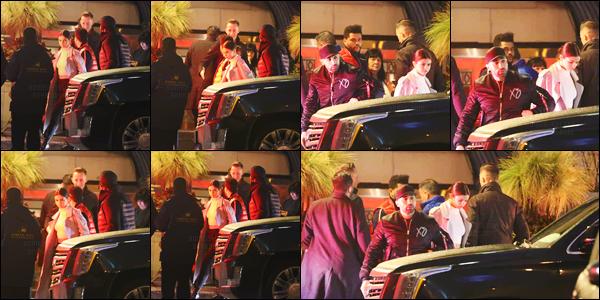 - ''18.03.17'-''─''Selena Gomez arrivait au restaurant steak house « Harbour Sixty » avec son boyfriend à Toronto ![/s#00000ize]Il semblerait que la présence de Selena à New York fut de courte durée, puisqu'elle se trouve à nouveau avec son petit ami Abel au Canada - Ontario. -
