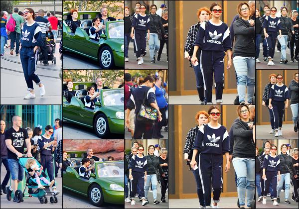 - ''02.04.17'-''─''Selena Gomez était au parc d'amusement « Disneyland » avec sa famille à Anaheim en Californie ![/s#00000ize]C'est toute rayonnante, que l'on retrouve Selena avec sa mère ainsi que son beau-père, et bien sûr sa petite s½ur Gracie ! Bon temps pour la famille. -